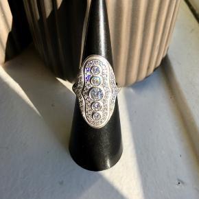 Den Store og fineste Julie Sandlau Mermaid Ring er til salg; str, 50/ sølv sælges!!  Helt ny og perfekt som julegave! Den velkendte og elskede statement ring er fra Mermaid kollektionen, i satinrhodineret 925 sterlingsølv og udsmykket med funklende klare kubiske zirkoner.  Ringen koster 2500kr i butikkerne. Byd gerne og se mine andre annoncer da jeg sælger alle mine smykker:)