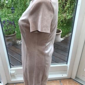 Flot kjole af mærket Tranmontana i str s. Lavet af polyester og elastan ( ruskinds lign. materiale) stadig med pris mærke på