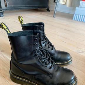 Dr. Martens 1460 PASCAL. Brugt 1 vinter og derfor mindre tegn på brug. Der er et hak på højre støvle ved snuden, som ses på billede 6. Skriv for flere billeder🌸🌸