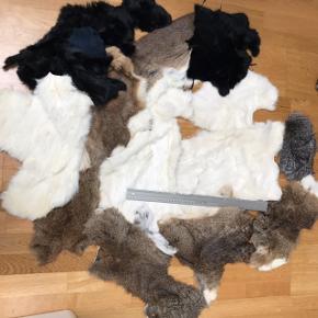 Sælger ud af mine lækre kanin pelsstykker. Jeg har flere annoncer.     Linealen måler 50cm så man kan fornemme størrelsesforhold.     Min pris er fast. Her er for mange penge.  Naturfarverne (brun, grå, hvid) er jumbokaniner - altså kæmpe skind.   Alle skind er købt i Danmark fra EU opdræt.     Afhentning Mårslet eller fragt med gls til pakkeshop.