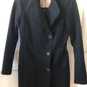 Figursyet frakke - til ca midt på låret
