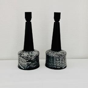To skønne keramiske bordlamper i sort/grå glasur. Fremstår i perfekt stand med nymonteret ledning og fatning. Højde: 32,5 cm Diameter: 12,6 cm