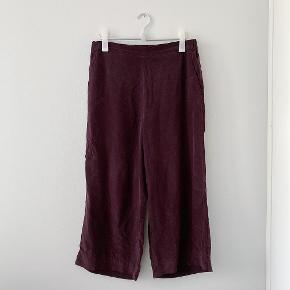 Smukke mørkerøde bukser i ren silke fra COS. Med elastikkant, så superbehagelige og bløde.    Kan afhentes på Frederiksberg eller Østerbro 🌞 Tjek også mine andre annoncer - jeg sælger tøj fra COS, Uniqlo, Adidas m.m.