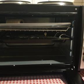 Jeg sælger denne miniovn/grill ovn + tilbehør.  Der er to kogeplader ovenpå  Mærke; Mia  Den er kun brugt en enkelt gang og fejler intet Bytter ikke  Køber betaler fragt