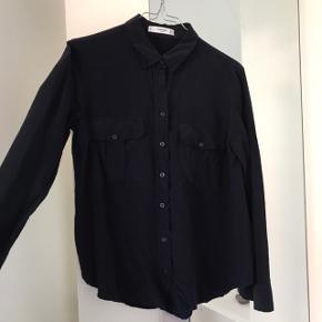 Mørke blå skjorte fra mango sælges. Er krympet lidt i vask, så passes nok bedst af en xs/lille small.