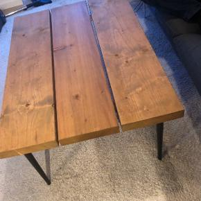 Sælger vores smukke plankesofabord da vi må erkende at det desværre er for stort til  vores stue.   Mål: 110x75x43 cm (længde x bredde x højde)   Nypris: 1600 kr.  Har en enkel ubetydelig rids. Se sidste billede.    Giv et bud. Kan afhentes i Åbyhøj.  Matchende spisebord haves - sælges for rette sætpris.