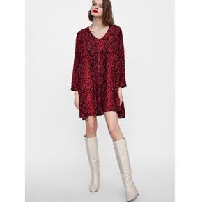 Kjole med slangemønster fra Zara. Brugt 1 gang og derfor i perfekt stand.  Str. M.