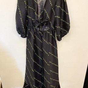 Fantastisk fin kjole der blev udsolgt over alt. Den er kun brugt en gang og er som ny. Str 34 Mp 1400