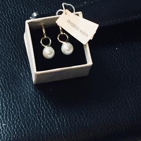 Smukke øreringe fra D/K i guld med hvid perle.