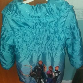 Frost vinterjakke- har fået så mange komplimenter for denne jakke. Har den rigtige frost farve. Med teddybearfor.  Str hedder 130 - men den er lille i størrelsen - derfor angivet som str 5-6 år