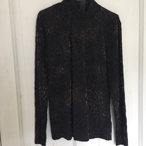 Rigtig fin bluse med høj hals. Leopard print i velour og bordeaux farve