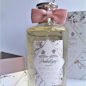 """Niche parfume Brand: Penhaligon's Varetype: Ny """"Equinox Bloom"""" Vanilje duft Størrelse: 100 ml. Kun testet. Oprindelig købspris: 1045kr  Den indeholder noter af frangipani, brun sukker, jasmin, ambroxan, appelsin blomst, neroli, siam benzoin, hartensia og viol blade."""