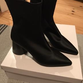 """Fede støvler af """"stof"""", helt nye. Rund hæl og spids tå."""