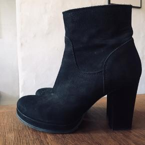 Brugt ganske lidt. Smukke støvler med flot hæl. Str 40