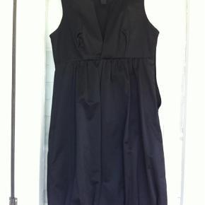 Varetype: kjole Farve: Sort  Flot sort kjole - brugt 2-3 gange.  Yderstof: 56% nylon, 40& boluld, 4% elastan Foerstof: 100% polyester  Længde: 93 cm fra skulder og ned  Bytter ikke!