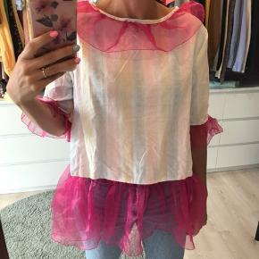 Bluse syet i gammelt sengetøj, flæserne er syet i pink organza. Jeg får den desværre bare ikke brugt.