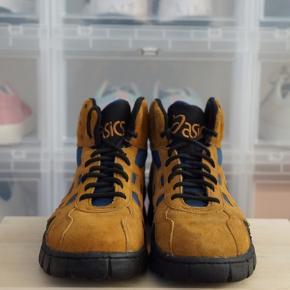 Asics Vintage støvler i ruskind Str. 43, fitter 43 Brugt 2 gange og i super stand. Har dog patina da de er vintage (se billeder).