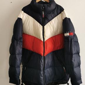 Tommy hilfiger jakke, brugt enkelte gange. Modellen fås ikke længere.