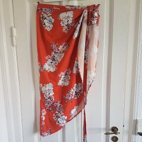 Orange slå-om nederdel fra brandet Jumeiyifang med blomstret mønster 🌼🌷🌺 Bindes med to snører rundt om livet  • No size men min vurdering er, at den vil passe en XS, S og M (en lille medium)  • Selv købt den på TS men den er for lille til mig.  • Kan afhentes eller sendes gennem TS med DAO