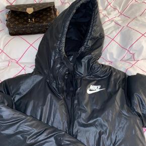 Nike vinterjakke. Dejlig varm med et skinnede look. Den står næsten som ny, men sælges billigt. 200kr ♥️