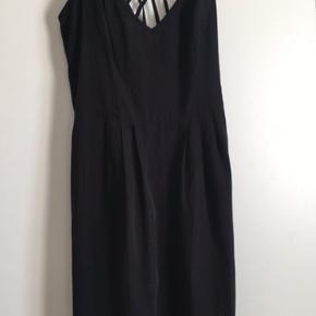 Kjolen er aldrig brugt, da den er købt for lille. Der står str 40 i den, men den er meget lille i str , måler 76 cm hele vejen rundt lige under brystet, og svarer til str 36.   Nypris 300kr