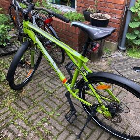 Jeg sælger min skønne, grønne cykel/mountainbike efter gode års tjeneste.   GT MTB Agressor i Satin Lime.   Cyklen har:  • 24 gear, fordelt 3 x 8.  • 2 håndbremser, dermed både for- og bagbremse på styret.  • forlygte samt baglygte, der virker ganske effektivt • fornyligt fået skiftet det bagerste dæk til et nyt • fastsiddende lås, der dog er gået lidt i stykker, men intet der forringer brugen deraf. 2 tilhørende nøgler.   • bragt mig fornøjet rundt på gader og stræder  Den er købt i april 2014, og nyprisen var 3800kr.  (købskvittering haves).