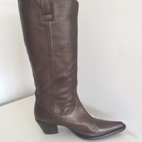 Flotte støvler brugt få gange hæl ca. 5 cm / øverst ca. 39 cm / bytter ikke