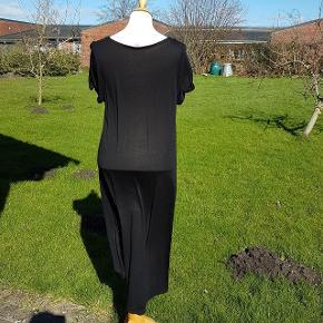 Flot let kjole som er kortere foran end bagpå, se billede. Længde fra skulder til bund bagpå: ca. 120 cm. Længde fra halsudskæring til bund foran er ca.:88 cm. Brystmål: 46 cm * 2.