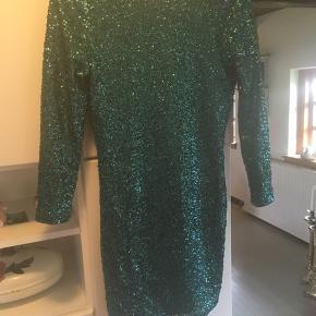 Super flot paliet kjole , der står 42 i, men passer også en M /L  Køber betaler Porto