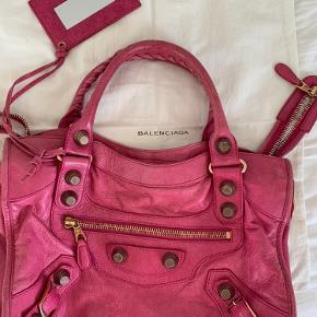 Balenciaga giant hardware taske i den sejeste farve sælges. Super fin stand, står 100% inde for ægtehed  NP: 14.000,-