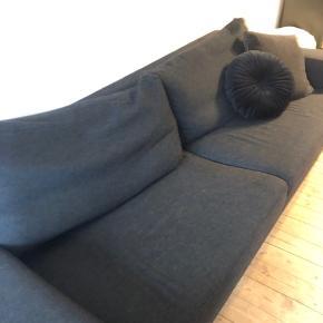 2 personers sofa i mørkegrå - meleret stof.  Den måler 230x90cm Kan afhentes på Amagerbro