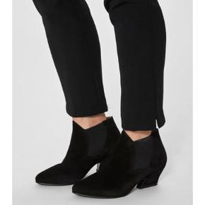 Varetype: Ankelstøvler Farve: Sort Oprindelig købspris: 999 kr.  Super smuk støvle i sort ruskind, nye i æske
