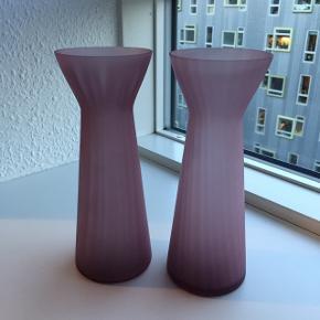 Hyacintglas i mat lilla glas. Super smukke. Kan også bruges som vaser. Prisen er for dem begge