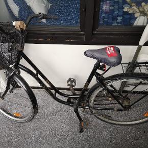 Alt på billedet på cyklen følger med. Den kan sagtens cykles på til skole og rundt i byen. 👌 Ingen retur.
