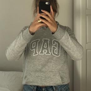 gap logo hoodie i str. m! kan sagtens fitte mindre (jeg bruger normalt xs-s og den er en smule stor til mig) køber betaler fragt:)  pris kan diskuteres så kom med bud