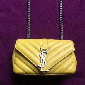 Yves Saint Laurent meget blødt lamme læder taske. Vintage look. Crossbody med sølv kæde. Kommer med YSL dustbag og certifikat. Måler ca 19x11x5 cm.