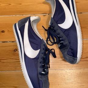 Nike navyblå sneaker. Helt klassisk model - super flot. Brugt 5-6 gange, super god stand. Uden æske. Køber betaler for forsendelse - kan dog mødes efter aftale og handle på Amager for at bespare forsendelsen :)