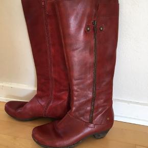 Flotte støvler med en lille hæl. Flot mørk rød farve NB. Det er en stor str 37. Jeg bruger normalt str 38 og passer dem