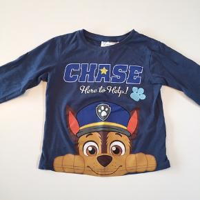 Chase/Paw Patrol bluse. Købt for lille og derfor kun brugt en gang. Det er str. 4 år men den er lille i størrelsen - vil mene at den svarer til str. 98.