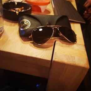 Til både mænd og kvinder.  Ray-ban solbriller org. Fra temaet fra TopGun filmen.. 1300 fra ny...