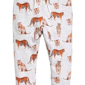 Brand: H&M Kids Varetype: Fede joggingbukser med tiger tryk Størrelse: 6-7 år Farve: Lysegrå Oprindelig købspris: 149 kr.