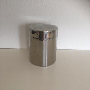 Metaldåse dåse i sølvfarve  krukke Ca 25 høj og 12 ø  Fin stand  Sender gerne   Se flere annoncer