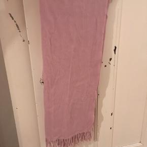 Tørklæde købt i denne måned i Samsøe & Samsøe i uld. Der er små huller hvor jeg har klippet mærket af (kan nemt dækkes til når man folder det). Men altså derfor den lave pris