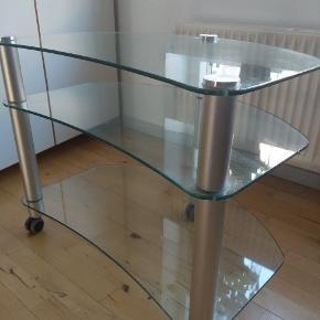 Fint tv-bord sælges. Ring eller skriv for interesse Står i Aalborg
