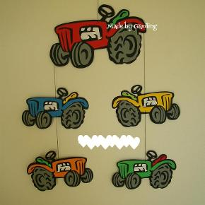 Brand: Skæreri/papirklip Varetype: Traktor uro Størrelse: X Farve: Efter ønske Denne vare er designet af mig selv. Traktoruro  Alt er skåret, i god karton, i hånden lige fra grundmodel til de bitte små dele og derefter limet med giftfri lim.   Pris 135pp - farve som du ønsker (afhængig om jeg har det) 🙂