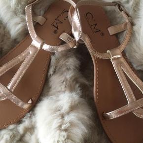 Brand: C'M Paris Varetype: Passer til BUCH Farve: Rosegold  OBS: Kun handel via KØB NU (læs profil).    Skønne sandaler i rosegold.  Normale i str.    Bytter ikke.  Prisen er fast.  Porto = DAO.