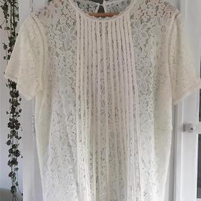 Varetype: Bluse Størrelse: L/XL Farve: Råhvid Prisen angivet er inklusiv forsendelse.  Meget fin og lækker bluse  Aldrig brugt , dog er mærket taget af.
