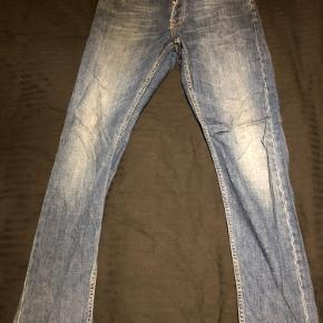 Samsøe Samsøe jeans i blå. Super fed farve der går godt til sneaks og skjorter.  Størrelsen er en 30/32 og modellen Slade jeans.