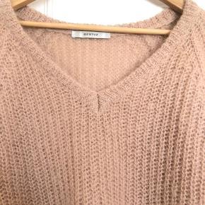 Så smuk pullover fra Gestuz brugt et par gange. Fejler intet. Ingen pletter eller slid. Nypris: 1200,- xs men small vil også kunne passe den. Sender med dao