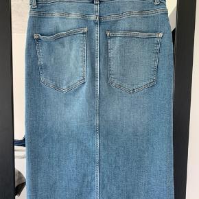 Denim nederdel med 2% stræk i. Pæn og velholdt. Går mig lige under knæerne (er 168 cm).